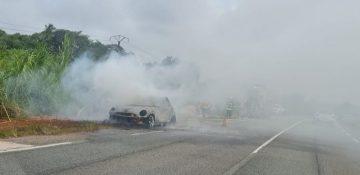 La Mini Cooper a été détruite par le feu qui s'est rapidement propagé, en raison d'une panne technique qui a entraîné la surchauffe d'une pièce. (photo WhatsApp réseaux sociaux)
