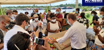 Le ministre des outre-mer Sébastien Lecornu a passé la journée de dimanche à Maripasoula. Ici lors de l'inauguration du marché avec les habitants. (crédit photo : Samir MATHIEU Mo News)